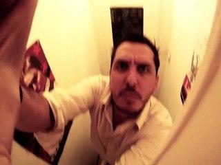 il met une camera dans les toilettes pour faire le pervers