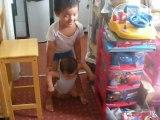 """Je """"marche"""" avec mon grand frère... enfin, j'apprends à marcher!!!"""
