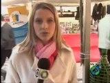 Reporter da afiliada da Globo atendendo celular ao vivo