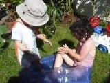 15 août 11 Bastien et Juliette dans la petite piscine