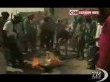 """Libia, ribelli bruciano il """"libro verde"""" di Gheddafi - VideoDoc. Cnn riprende la rabbia contro il manifesto politico del rais"""
