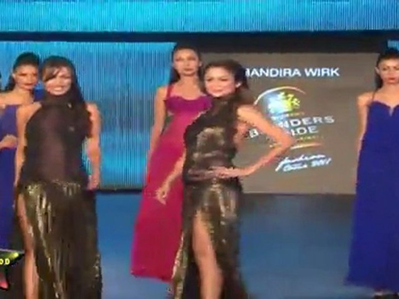Super Sexy Malaika & Amrita Arora Walk On Ramp & Shown Their Sexy Butt & Bare Back