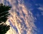 Avion fabrique un nuage arc en ciel - Pulvérisation à basse altitude