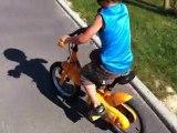 keven fait du vélo sans roulettes