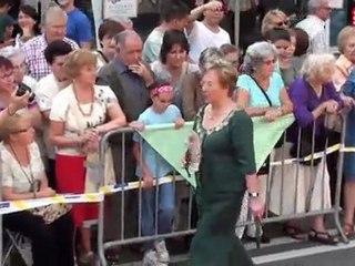 Desfilada de vestits de paper a la FM d'Hostafrancs