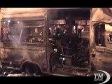 Indignati Roma, il blindato dei carabinieri in cenere - VideoDoc. Vigili del Fuoco al lavoro per domare le fiamme