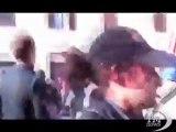 Indignati a Roma, la statua della Madonna distrutta - VideoDoc. Il video su YouTube, violento prende a calci la scultura