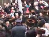Des rabbins brulent le drapeau israelien.