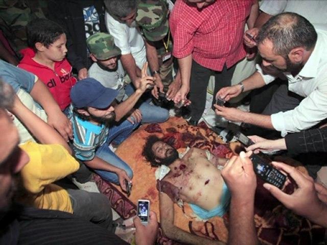 El cadáver de Gadafi en Misrata