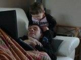 rapha qui joue avec papa 15 mois