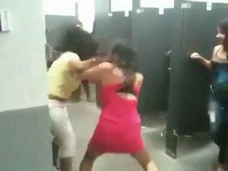 Bagarre de filles dans les toilettes d'un lycée..