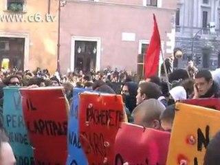 No al Governo Monti. Gli studenti lanciano uova contro la Polizia