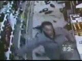 0422 - Femme en colère détruit un rayon d'alcool