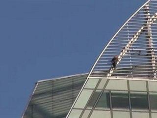 Alain ROBERT escalade la tour GDF-SUEZ