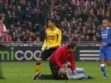 Le gardien Esteban (AZ Alkmaar) se fait agresser par un supporter