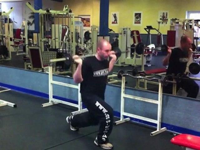 Übung für mehr Beinmuskeln - Ausfallschritte (Langhantel)