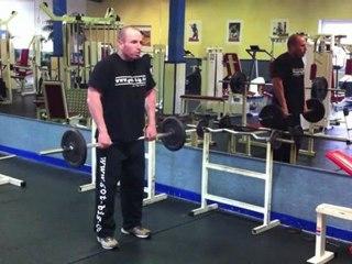 Muskelübung für den Nacken - Schulterheben mit der Langhantel (vor dem Körper)