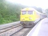 train briançon paris austerlitz en gare de l'argentiere les ecrins avec en tete  une BB67000 infra  sncf jaune