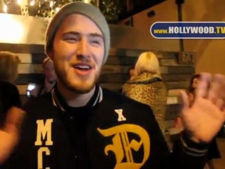 Mike Posner habla con los paparazzi en The Beverly Nightclub