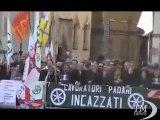 """A Reggio Emilia il premier Monti contestato da leghisti -VideoDoc. Fischi per lui e Napolitano e un coro: """"Libertà"""""""