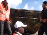 فري برس   باباعمرو تسليم دبابة تابعة للجيش الحر أمام المراقبين