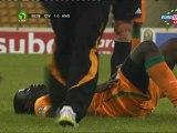 Eboue'nin sakatlık pozisyonu ve sedye ile taşınma anı.
