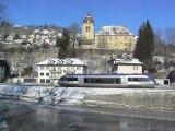 X 73752 arrive à Morteau le long du Doubs .
