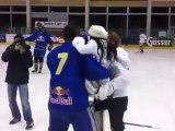 Antonia aus Tirol macht PUK-Einwurf beim Promi-Eishockey in Kitzbühel