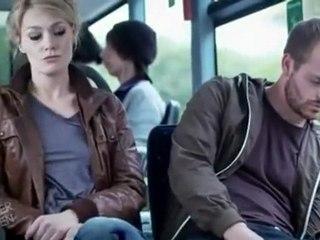 Un mec s'endort à côté d'une femme dans le bus