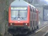BR185 der MRCE mit Schüttgutwagen nach Köln und BR143 mit Dostos nach Koblenz bei Bonn