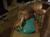 Un vrai petit singe avec sa banane
