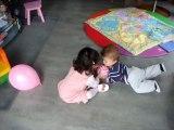 Je joue au ballon avec Emilie