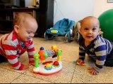 Bébé jumeaux dansent en rythme