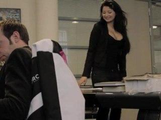 Un mec s'incruste dans le bureau de Marc Dorcel