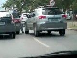 Femme en voiture percute un motard au Brésil