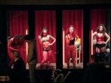 Des prostitués dansent au Quartier Rouge...
