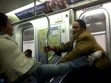 Un homme interrompt une bagarre dans le métro