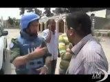 Siria, gli ispettori Onu fra i ribelli nelle strade di Homs. Gli abitanti li circondano, tutti vogliono raccontare