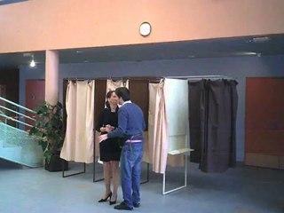 Il confond un isoloir de vote avec une cabine d'essayage ! (Bonus La Vraie Vie de Bengui)
