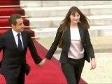 Nicolas Sarkozy quitte l'Elysée, accompagné de son épouse Carla Bruni-Sarkozy