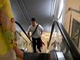 Monter un escalator à l'envers et chuter 2 fois
