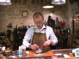 Beauté mode : Enlever une tache de gras sur chaussures en daim