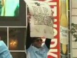 """Carlos Tévez brandit une pancarte """"R.I.P Fergie"""""""