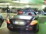 Mercedes SLR McLaren Roadster a 150 km/h por un parking