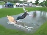 Blonde surfe dans une flaque d'eau