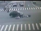 Extrême crash scooter vs auto