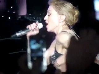 Madonna montre ses fesses en plein concert