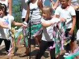 Léane chante et danse sur Tal