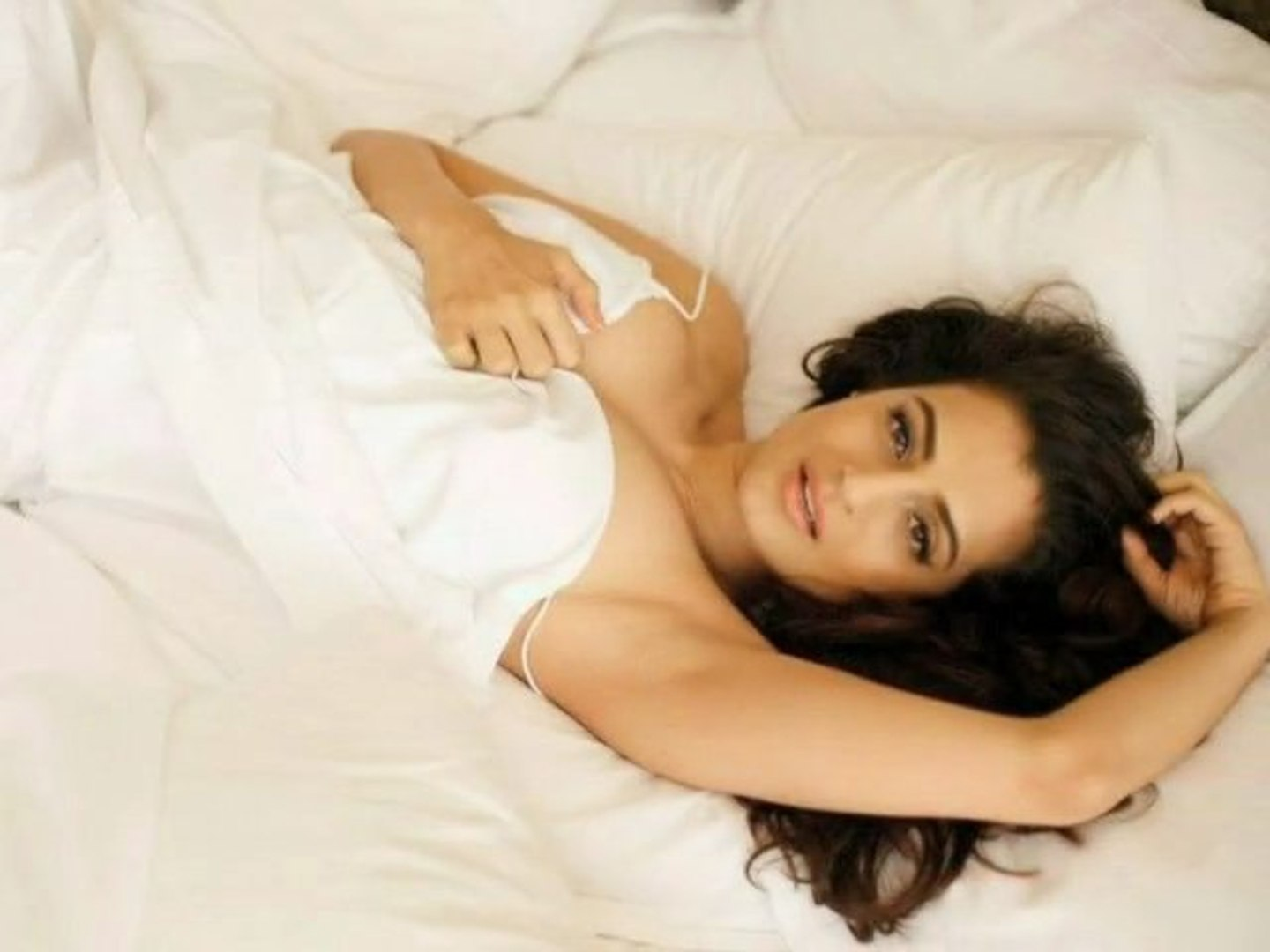 Sexy Ameesha Patel Gets Closer To Amitabh Bachchan - Bollywood Gossip