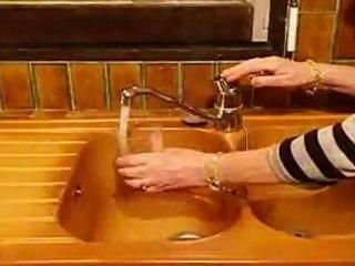 Une cliente teste le CLICO, filtre purificateur sous évier de chez POLAR FRANCE